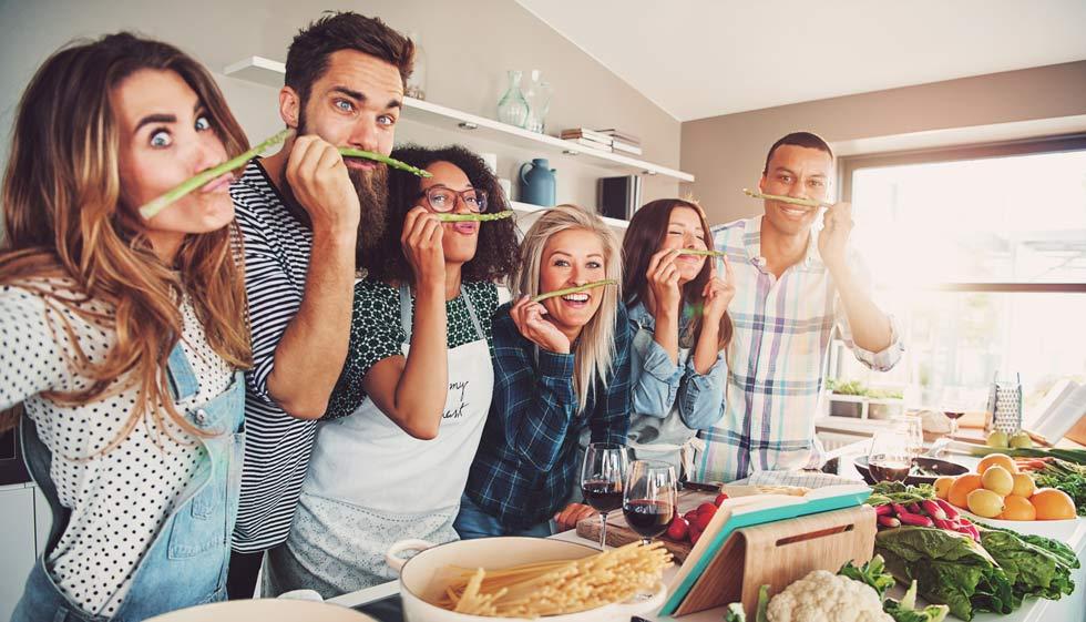 Prijatelji zajedno kuhaju